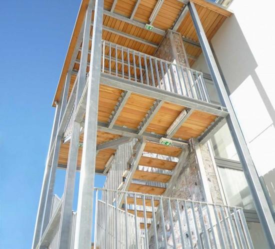 Maison des Métiers du Livre Forcalquier, escalier, coursives, garde-corps et bardage polycarbonate sérigraphié